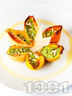 Пълнени конкилиони (паста) с рикота, спанак, сметана и кедрови ядки - снимка на рецептата